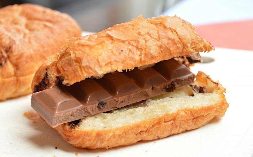 Croissant mit Schokolade belegt
